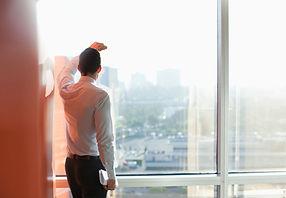 Człowiek patrząc przez okno