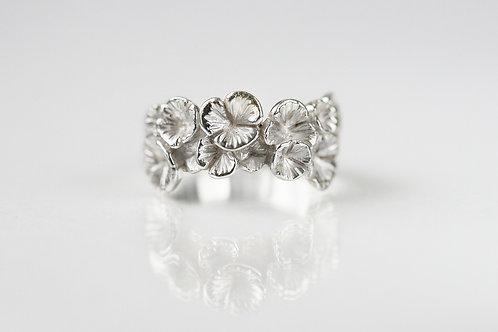 Белое кольцо резное, кольцо цветы Незабудки, серебро 925, ювелир Екатерина Толстая, красивое кольцо на свадьбу, без камней