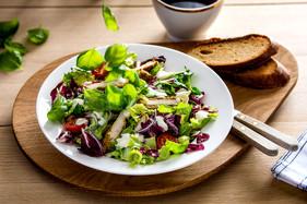 Zdjęcie wrażeniowe sałatki z kurczakiem - FoodStyle.com.pl
