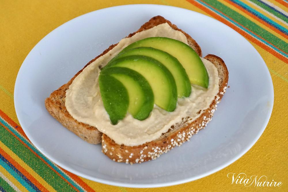 lanche vegano de abacate e homus