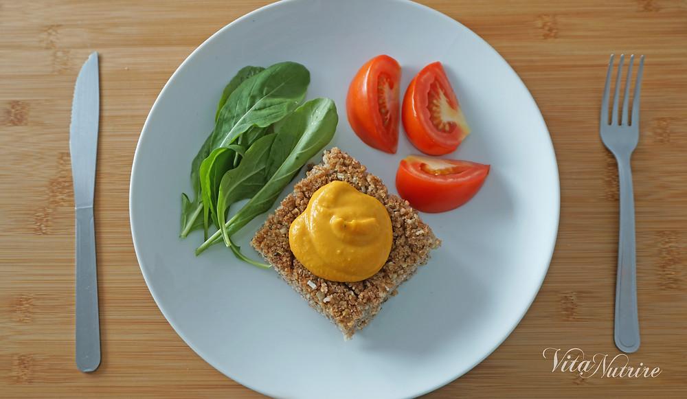 prato de almoço vegano com quibe homus e salada