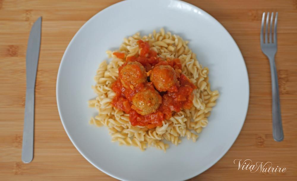 prato de almoço vegano com macarrão e almôndegas de grão-de-bico