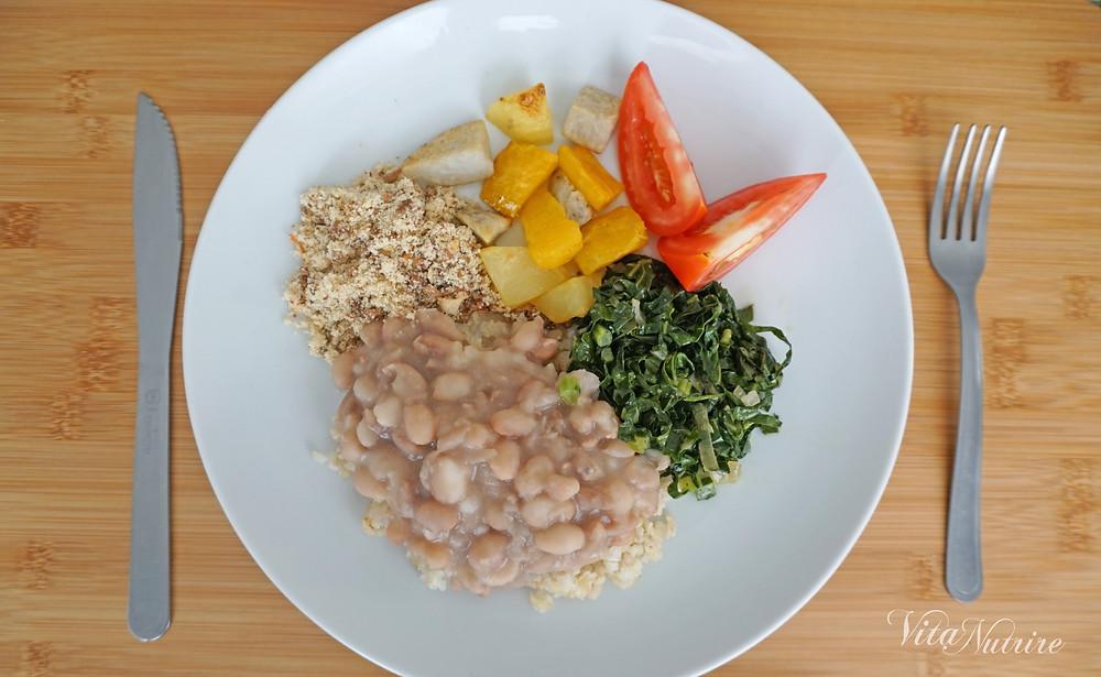 prato de almoço vegano com arroz feijão e legumes asssados