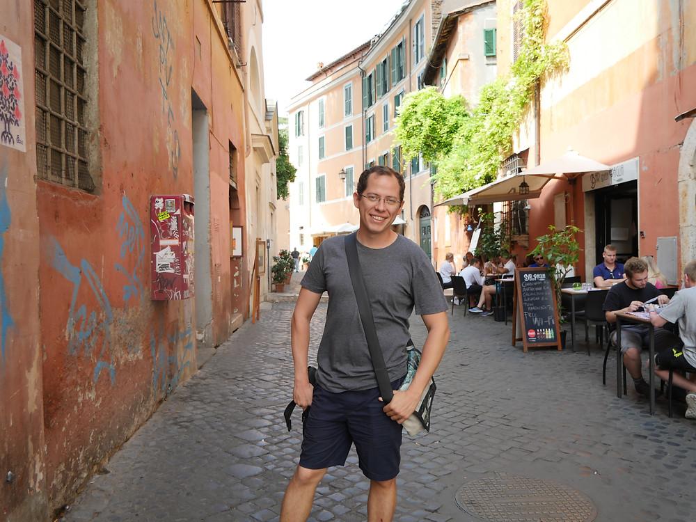 aqui les dejo una foto mia caminando por Trastevere, para que se les antoje ir!