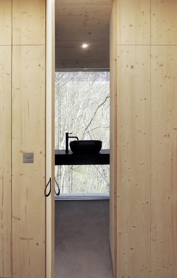 Tree Hoose Interior 5 - view to Shower Room