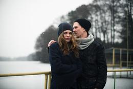 冬の風景の中にカップル