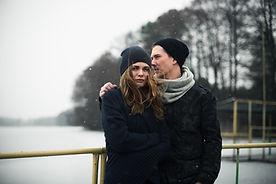 Casal no cenário do inverno