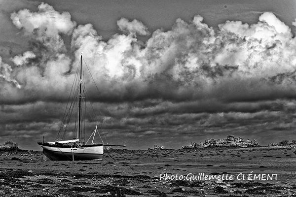 bateau au repos sous les nuages