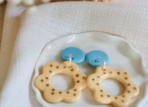 Flower hoops in blue and apricot