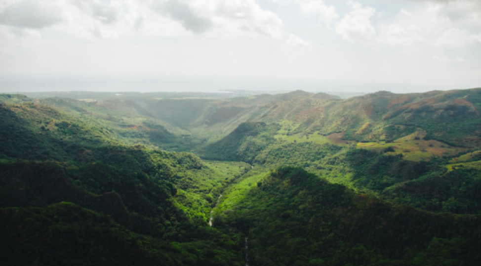 beautiful-wide-shot-mountains-kauai-hawa