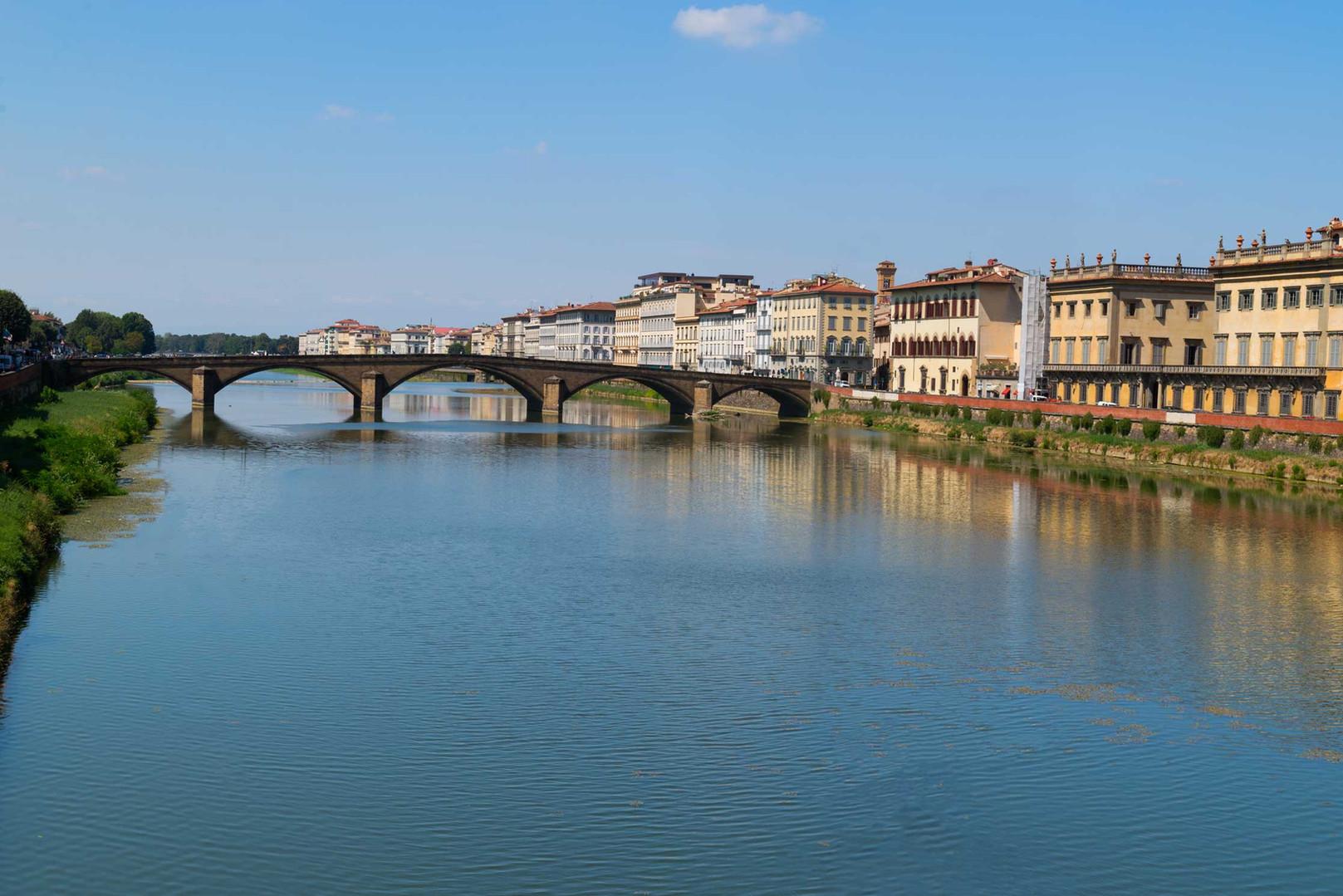 freepik-travel-italy-arno-river-with-pon