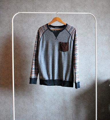 Lekki sweterek z motywem na rękawach M
