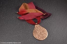 collier-goutte-fleurie-bronze-doré-soie.