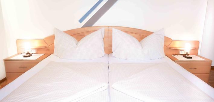 Room1 - Bett.jpg