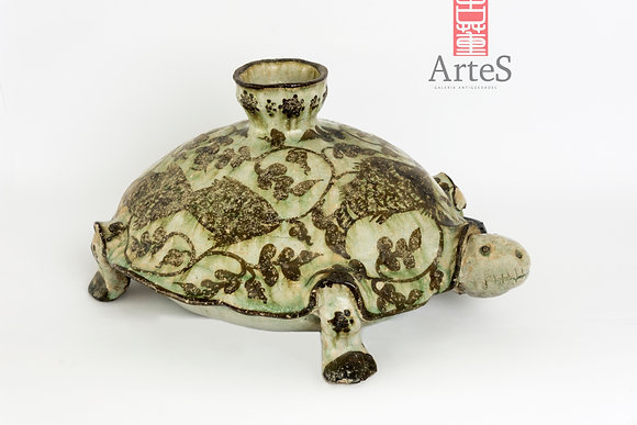 Figura votiba de tortuga de alfareria esmaltada.