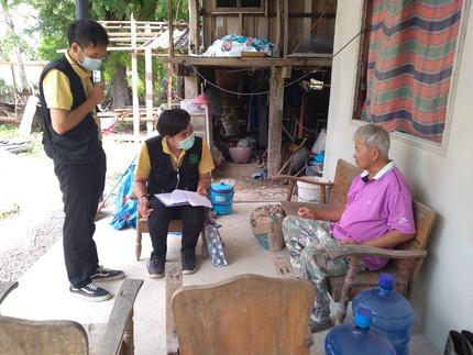 ศูนย์คุ้มครองคนไร้ที่พึ่งจังหวัดพะเยา สอบเคสช่วยเหลือเงินสงเคราะห์เพื่อมาซ่อมแซมบ้าน รายนายบุญยฝาง