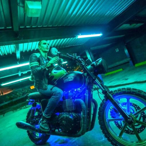 Dave Franco na motorze