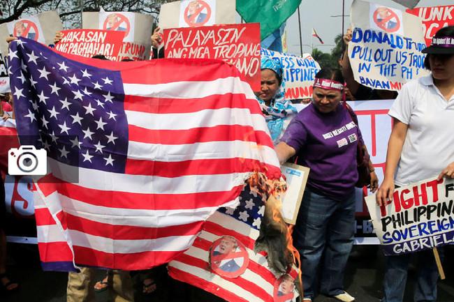 Εξοργισμένοι διαδηλωτές κατά Τραμπ έξω από την Αμερικανική Πρεσβεία της Μανίλα