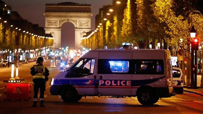 «Πιθανόν τρομοκρατική ενέργεια» η επίθεση στο Παρίσι - Νεκροί δυο αστυνομικοί και ένας από τους δυο