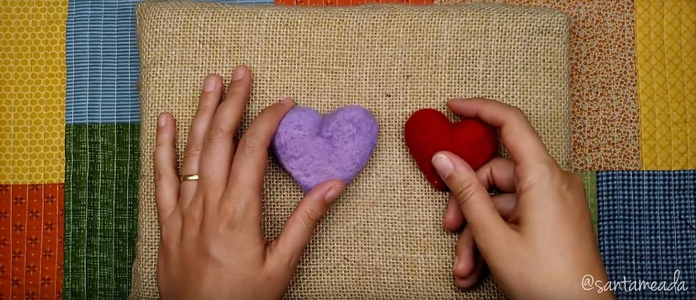 feltragem com agulha (needle Felting) - corações feltrados com acabamentos diferentes