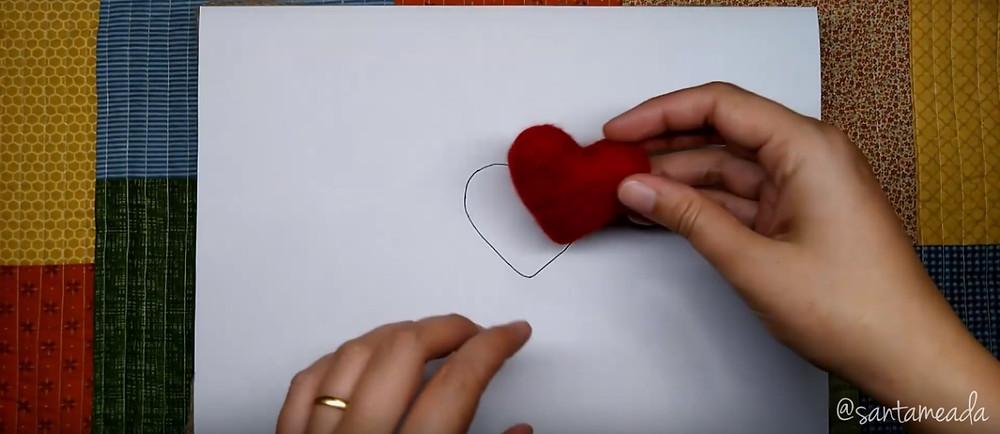 feltragem com agulha (needle Felting) - coração feltrado com molde