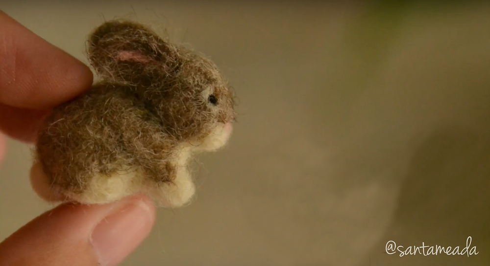 mini coelhinho feltrado (needle felting) com lã corriedale