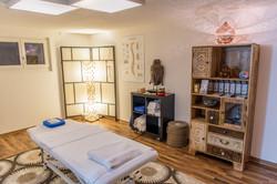 Massage-Raum mit entspannendem Ambiente