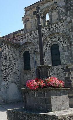 Croix_du_sacristain_devant_l'église_Moz