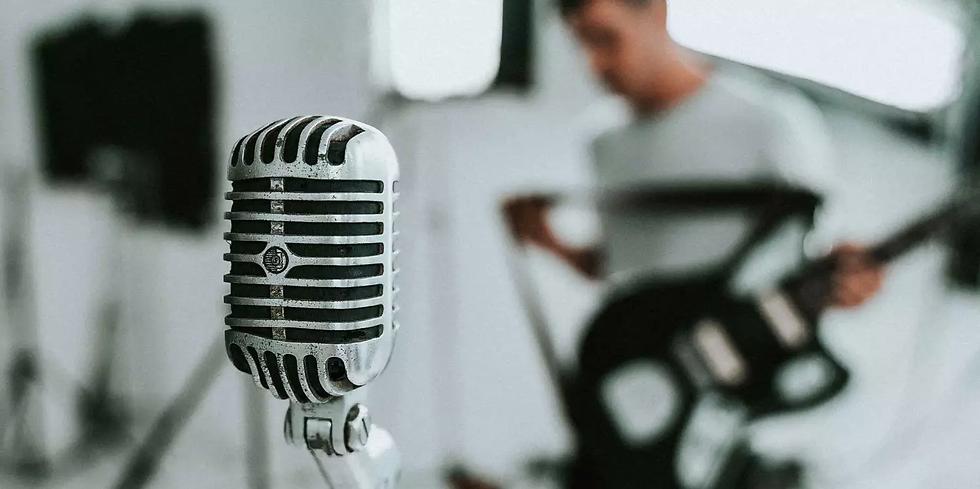 Cantores-banda-gravac-o-microfone-musica