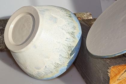 Keramikschüssel mit Deckel in Cremeweiß mit hellblauem Inneren
