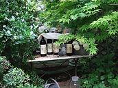 Bouteilles de vin dans le jardin