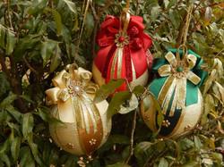 Bola de Natal decorada vermelha verde e dourada