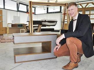 Jörn Jacob Schöttle mit gebauten Möbelstücken.