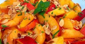 Fraîche et tonifiante... La salade de nectarines & de pêches aux amandes, thé vert et gingembre !