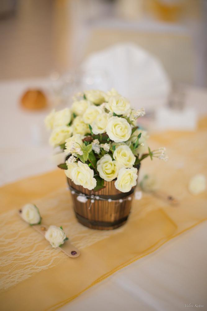 bouquet de fleur net en centre de table, le reste de l'image est floue