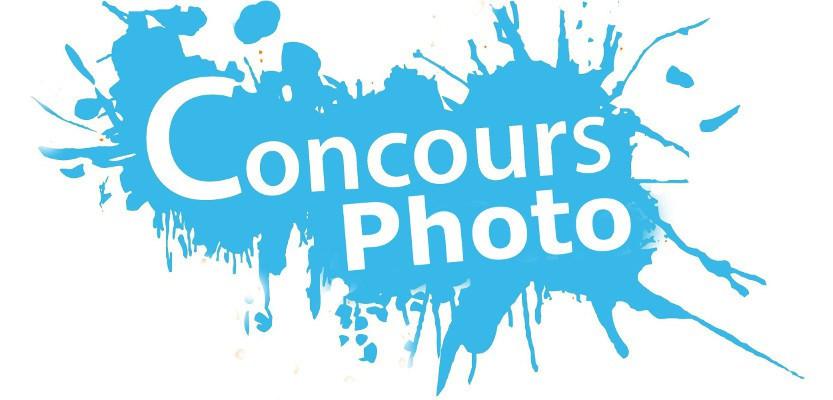 """le texte """"concours photo"""" est écrit en blanc sur une tâche de peinture bleue"""