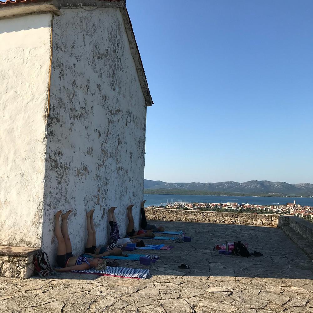 Yin yoga med bruk av kirkeveggen