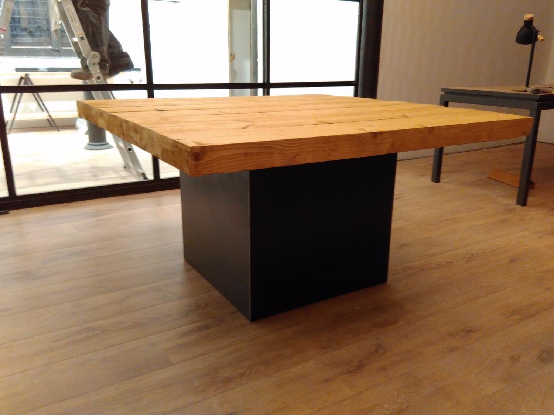 mesa con cubo de acero