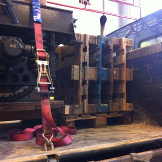 Holzschablonen und Antirutschmatten sichern das Gestell der Stuttgarter Zahnradbahn. Drei Spanngurte erzeugen eine Niederzurrkraft von 7500daN