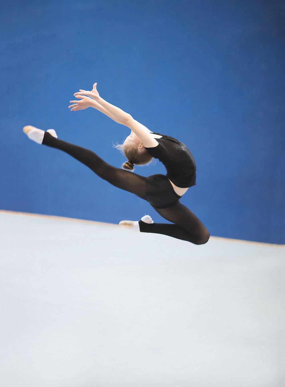 gymnaste en plein saut