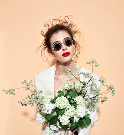 Modell mit weißen Blumen