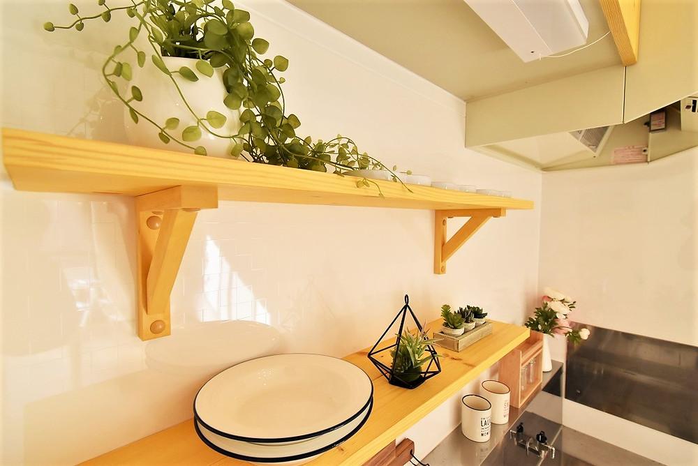 キッチン棚も無垢材に統一しています。