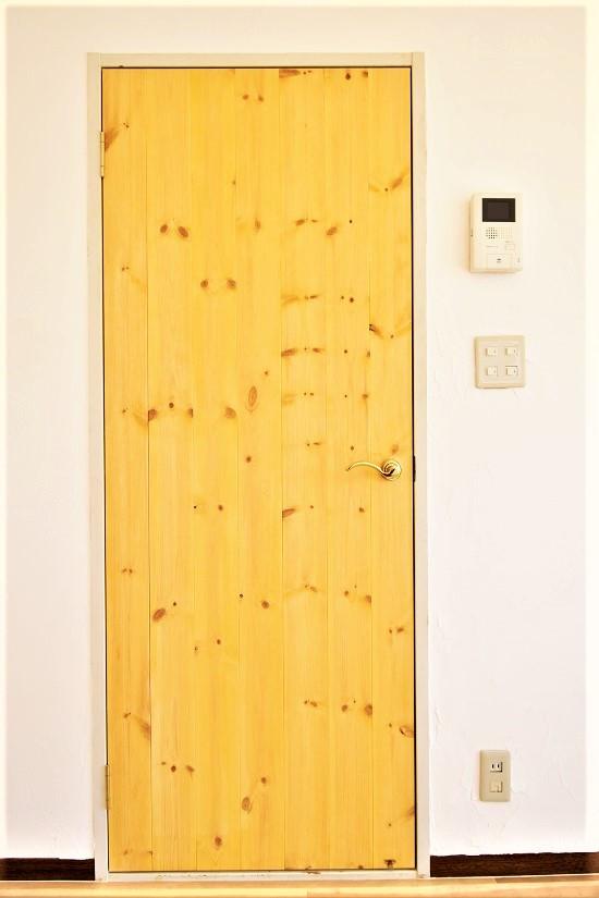 パイン材ドアは重厚感がありながら親しみやすさもあります。