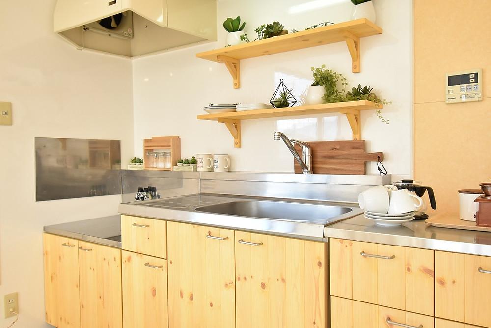 当物件のリノベーションキッチンは壁付け。冷蔵庫置き場やリビング空間などに影響を及ぼすことはありません
