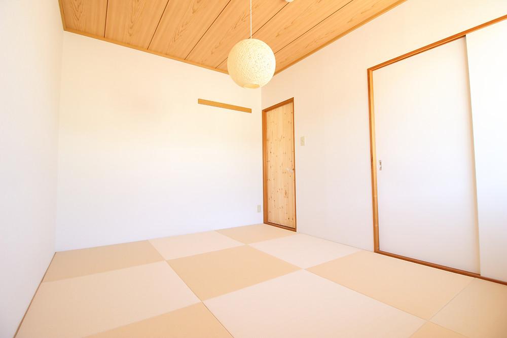 ベージュ色の琉球畳を敷いていますので、リラックス効果は抜群です