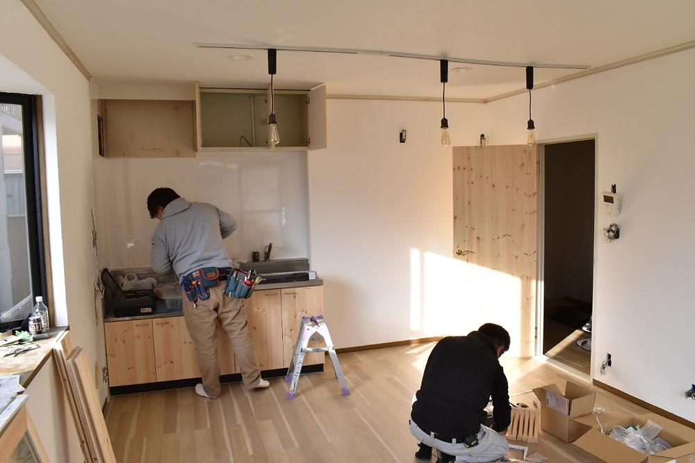 無垢材の扉の取り付けの他に、キッチンパネルを新調/換気扇フードの再塗装を行います。