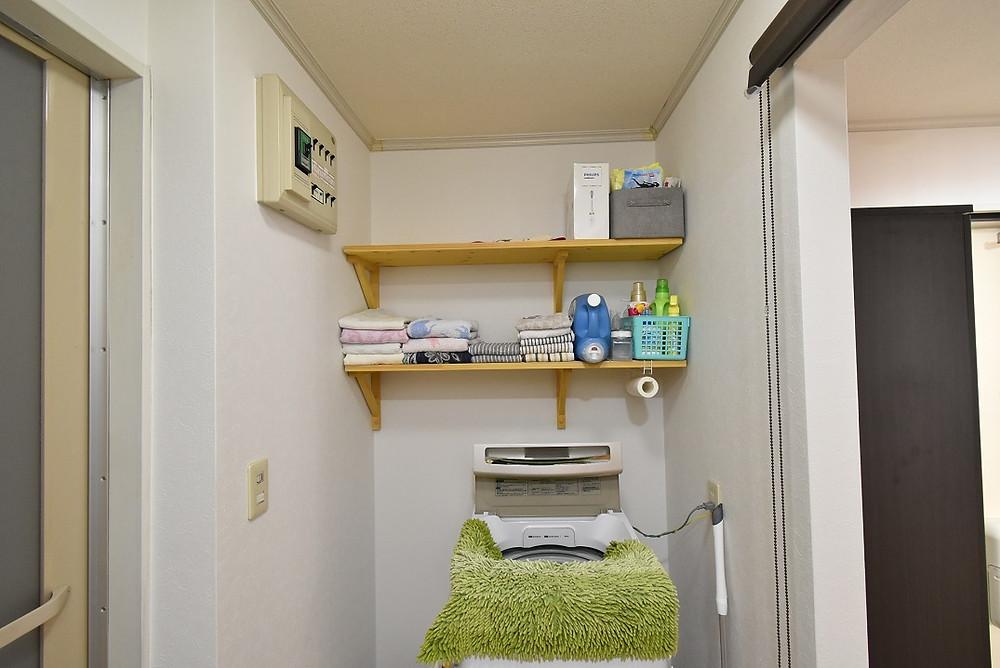 洗濯機置き場頭上の収納棚も、おしゃれな無垢材
