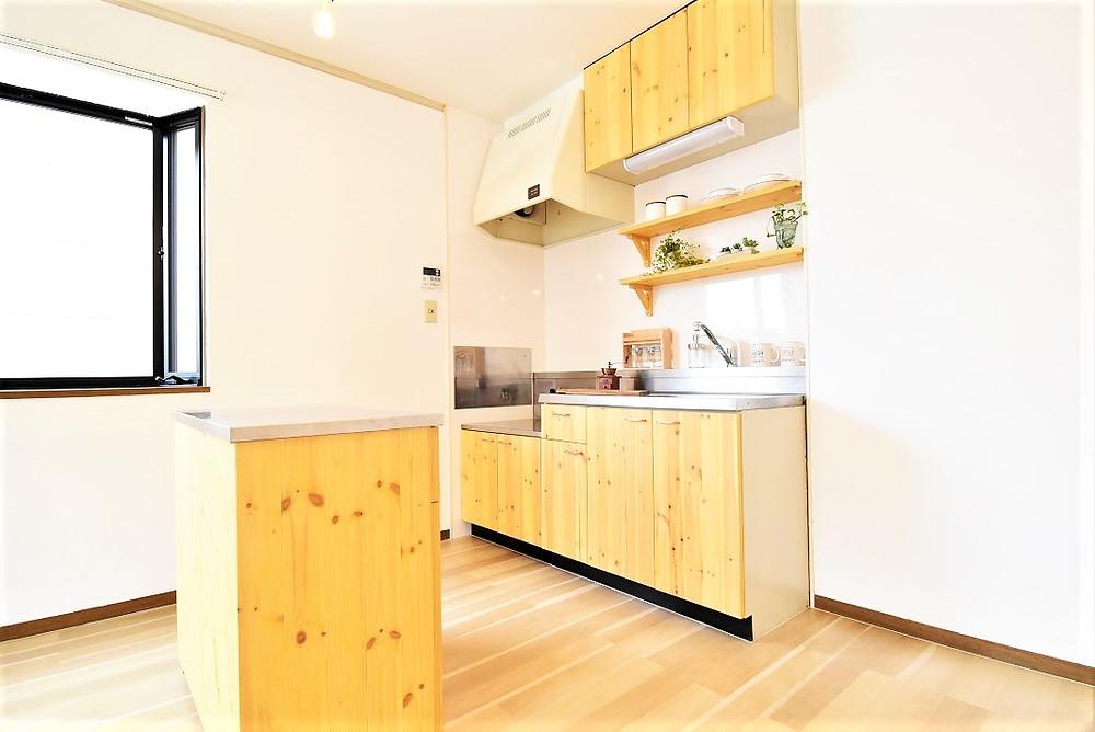 グレイスロイヤルでは壁付キッチンではありますが、作業台が付いたキャビネットがあるので、対面キッチンとしても活用ができ、またリビングも最大限使えます。