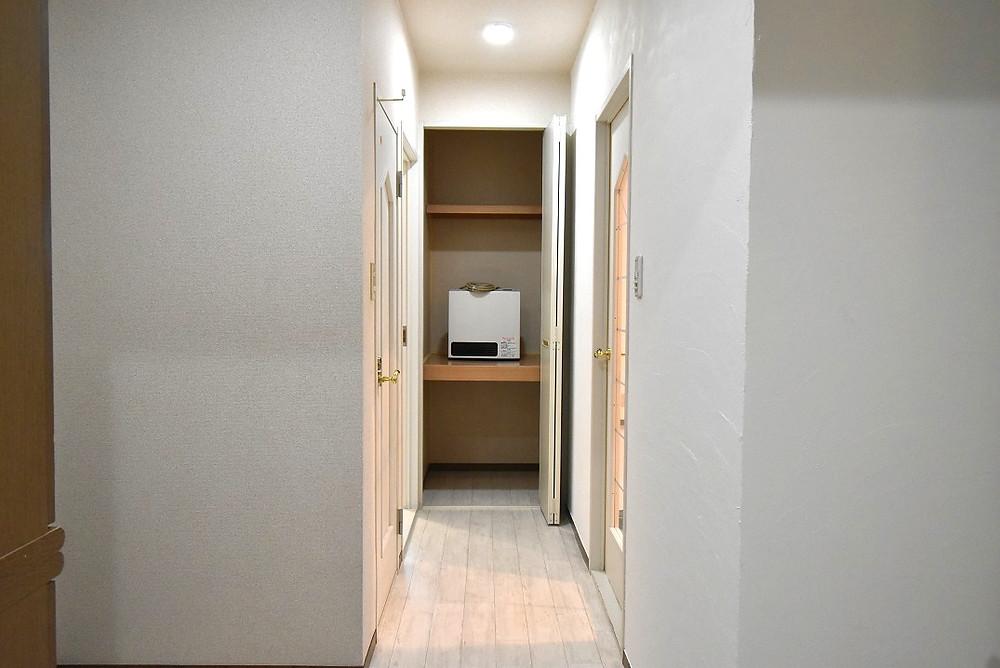 洋室入り口付近にある収納。棚が設置されてあるので、使い分けができます。