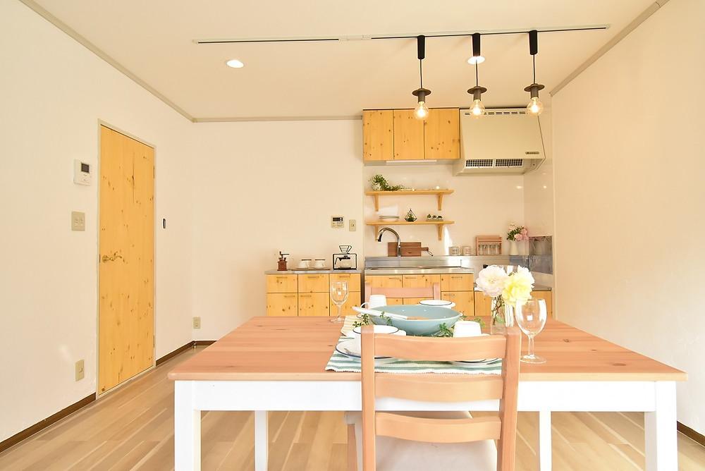 室内は、おしゃれなカフェを連想させるような部屋に